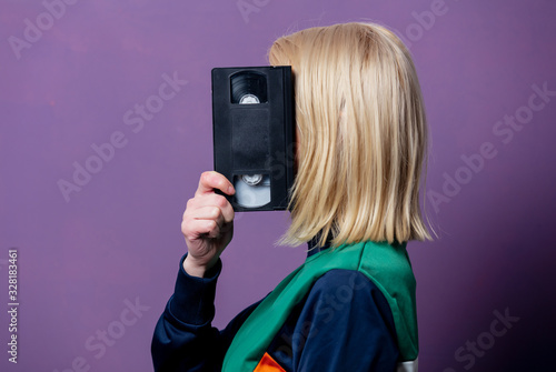 Valokuva Style blonde woman in 80s clothes with VHS