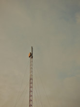 The Image Shows An Internet Antenna With Equipment At The Tip Of It, With The Sky With The Typical Characteristics Of The Sunset.