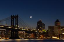 View On Manhattan Bridge And D...
