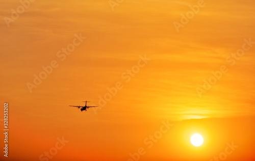 Silhouette Turboprop Aircraft Flying Landing Against The Sun Tapéta, Fotótapéta