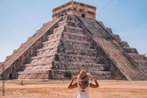 A woman enjoying travel tourism at Chichen Itza, Mayan Riviera, Mexico Fototapet