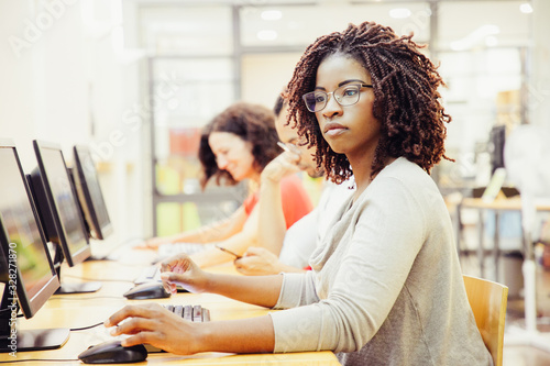 Photo African American adult student working in computer class