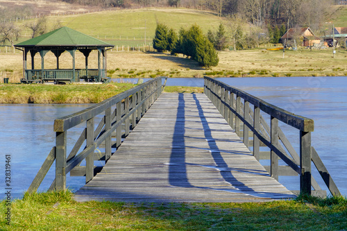 Photo The wooden bridge has a beautiful view of the ancestry and the frozen lake