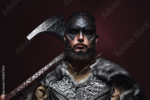 Foto portrait of a Viking man with an axe
