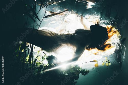 Fotografia Silhouette underwater girl with long hair. Swimming Mermaid.