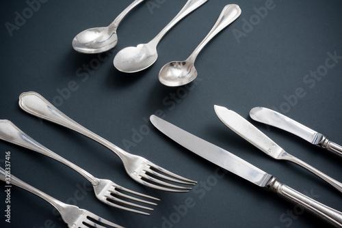 Fototapeta Set di posate da alta ristorazione su fondo grigio obraz