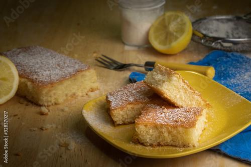 Fotografía Delicious lemon sponge cake with sugar