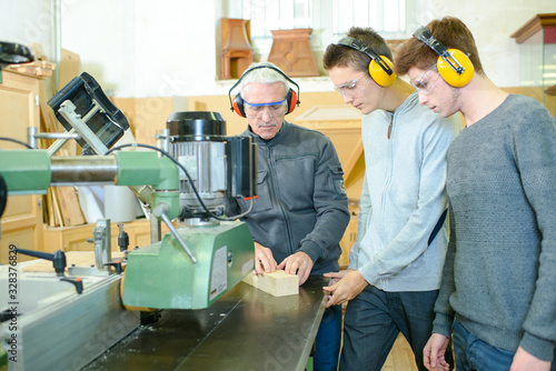 Photo senior and young men - woodwork apprenticeship
