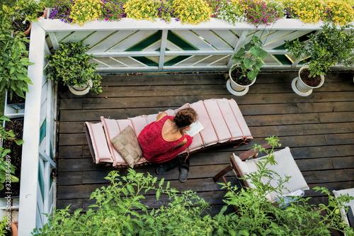 Obraz na płótnie idyllische lesestunde auf dem balkon