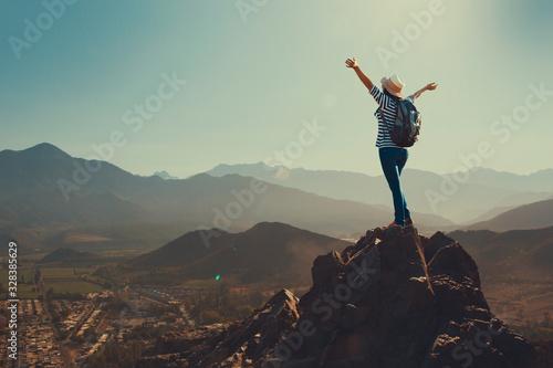 Joven mujer feliz en la cima de una montaña Canvas Print