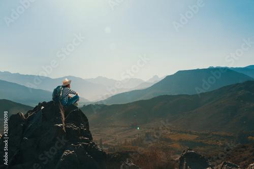 Photo Mujer joven contemplando el horizonte en la cima de una montaña