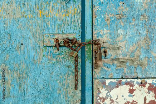 Puerta azul de madera con candado oxidado Wallpaper Mural
