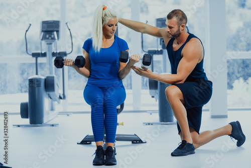 Canvastavla Fitness instructor with girl on training in fitness center