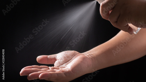 Photo Male hands washing with alcohol spray to eliminate bacteria and viruses
