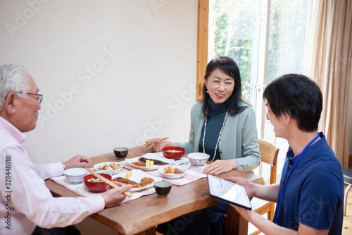 管理栄養士が食事のメニューを確認している Canvas Print