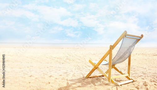 Photo Deck chair on beach send empty copy space background,summer esort view,tourism banner
