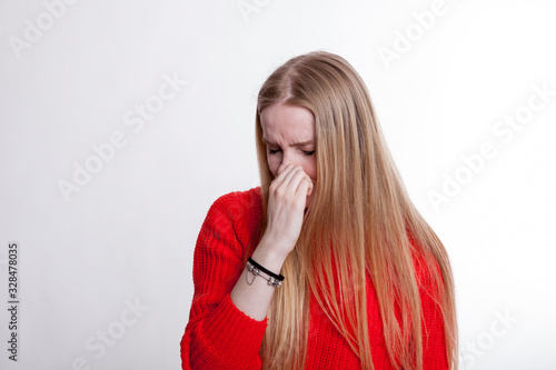 Photo young woman smelling acrid stench closing her nose