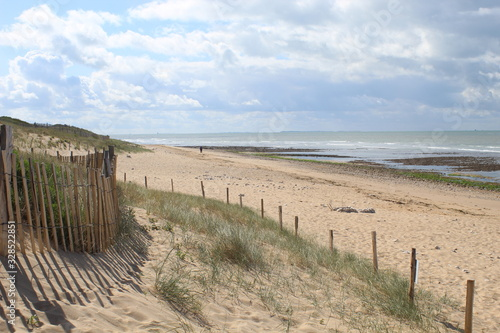 Fototapeta Jolie plage de sable fin a maree basse a Sainte-Marie de Re, Ile de Re