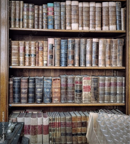 biblioteca de argentina , libros de medicina antiguos Wallpaper Mural