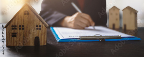 Fotografía real estate, property and home owner signing contract concept, small wooden hous