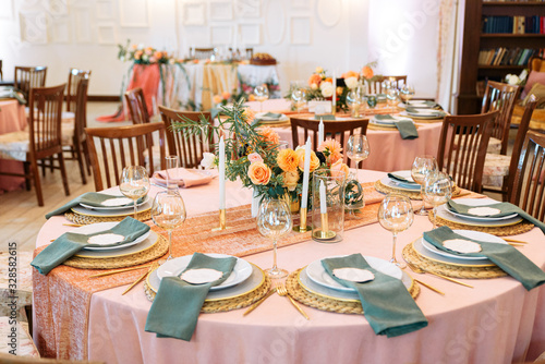 Photo Elegant decor of a wedding bank in peach and green