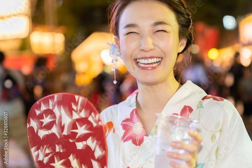 Obraz 浴衣を着た女性 お祭り 飲み物 - fototapety do salonu