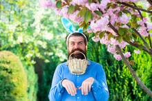 Funny Easter Egg Hunt. Humorou...
