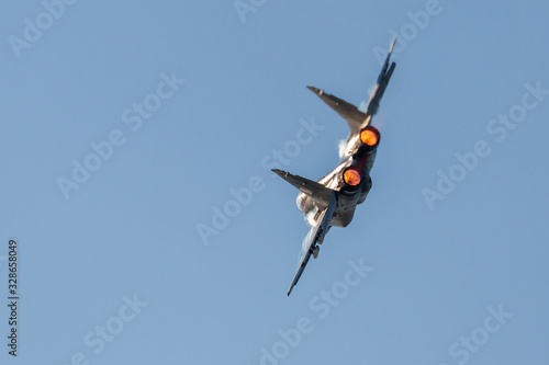 Photo A jet fighter with afterburner fire in the engines