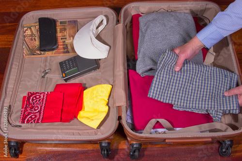maleta con ropa y objetos para viajar Wallpaper Mural