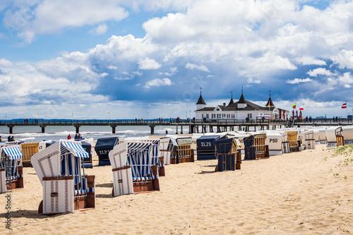 Obraz Die Seebrücke und Strandkörbe in Ahlbeck auf der Insel Usedom - fototapety do salonu