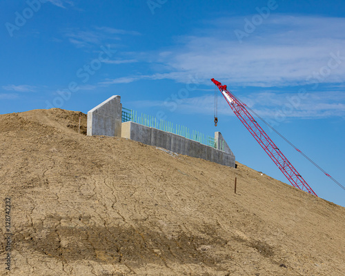 Photo Road construction of highway overpass bridge with concrete abutment