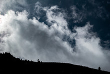 Montañistas En Cima De Volcá...