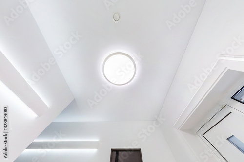 Fotografia suspended ceiling with halogen spots lamps and drywall construction in empty room in apartment or house