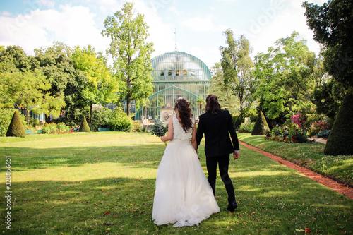 Mariés main dans la main dans un joli parc Canvas Print
