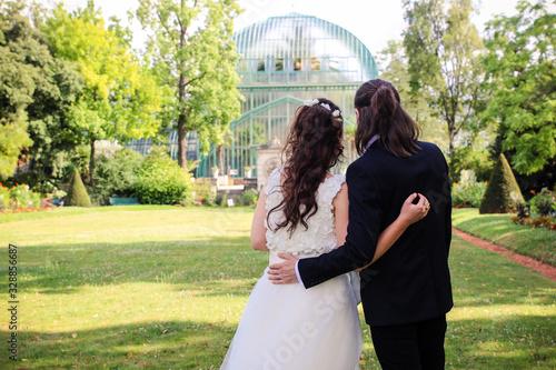 Couple de jeune mariés enlacé dans un parc Canvas Print