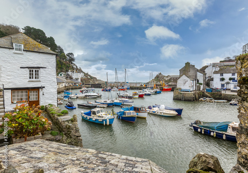 Fototapeta  View between cottages, at the historic fishing harbour of Polperro in Cornwall. obraz