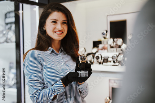 Photo Beautiful middle age woman working in jewelry store