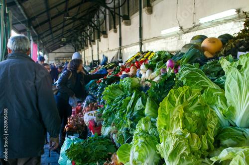 El puestos de verduras y frutas del Mercado do Bolhão, uno de los lugares más famosos de Oporto (Portugal).