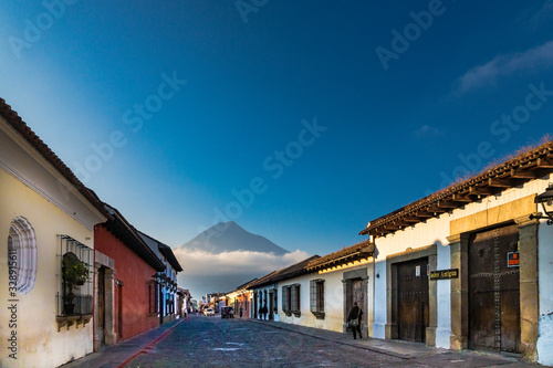 Photo Old town in Antigua Guatemala with the volcano fire
