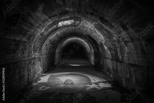 Tunel oscuro de desague de agua de las cloacas.