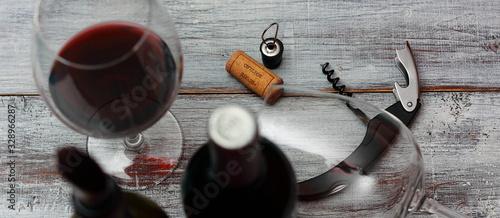 botellas de vino tinto con sacacorchos, de cantador, corcho y copas de vino sobr Canvas Print