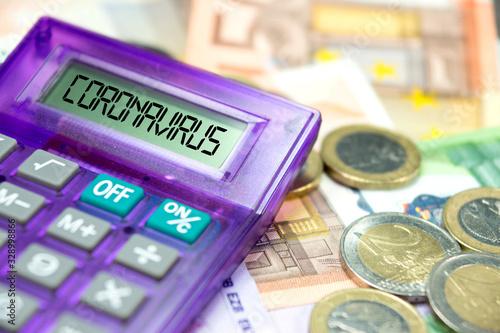 Cuadros en Lienzo Taschenrechner, Euro Geldscheine und Coronavirus in Europa