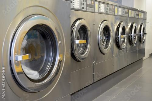 Machines à laver alignées dans une laverie Canvas Print