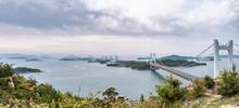 日本の岡山県から香川県にかかる瀬戸大橋と瀬戸内海の風景。