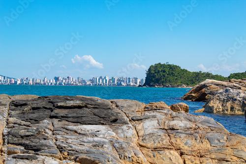 Vászonkép Prédios de Itapema observado da praia do Plaza rochas e  o mar azul