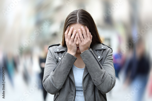Woman suffering anxiety attack on city street Fotobehang