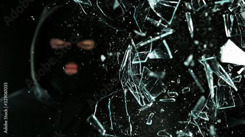 Fotomural Detail of shattered glass, burglar on background