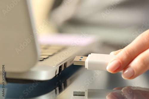 Cuadros en Lienzo Woman connecting usb flash drive on a laptop