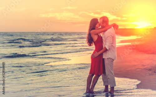 Foto Hazy Looks - Romantic Couple at the Beach at Sunset