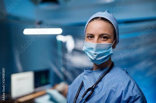 Obraz Doctor in hospital looking at camera, coronavirus concept. - fototapety do salonu